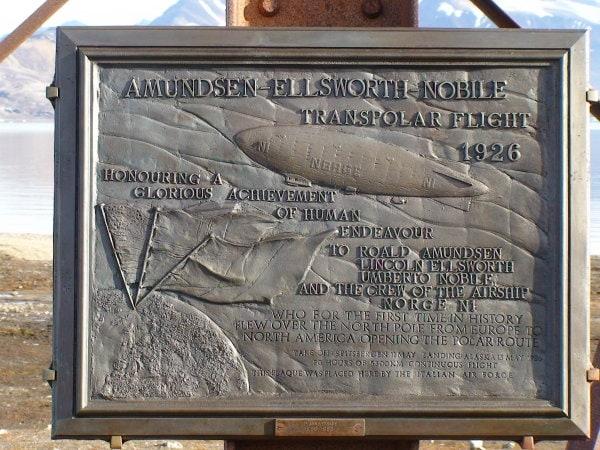 Gedenktafel zur Nordpol-Expedition von Amundsen, Ellsworth und Nobile